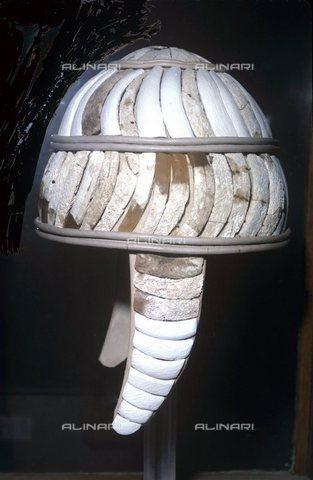 TOP-S-0PD003-0461 - Casco realizzato con denti di cinghiale su una base di cuoio, scuola micenea, Museo Archeologico di Heraklion, Creta - AAAC / TopFoto / Archivi Alinari