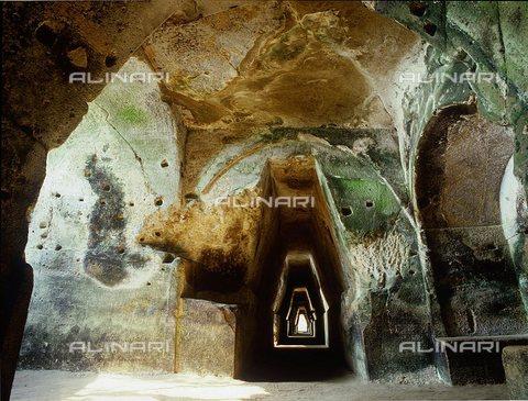 TOP-S-0WF108-1525 - Il tunnel scavato nella roccia che conduce alla grotta della Sibilla Cumana, vicino a Pozzuoli - Werner Forman / TopFoto / Archivi Alinari