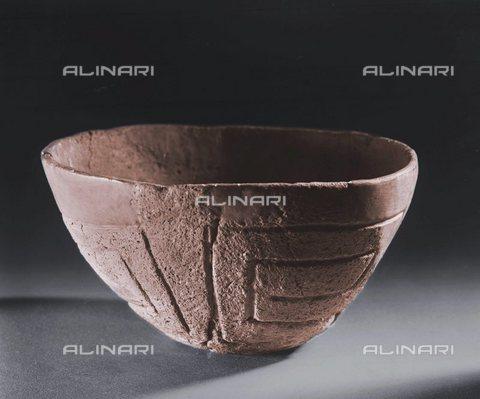 """TOP-S-0WF111-0140 - Piatto """"a spirale"""", argilla, Età neolitica, Museo della Moravia, Brno - Werner Forman Archive / TopFoto / Archivi Alinari"""