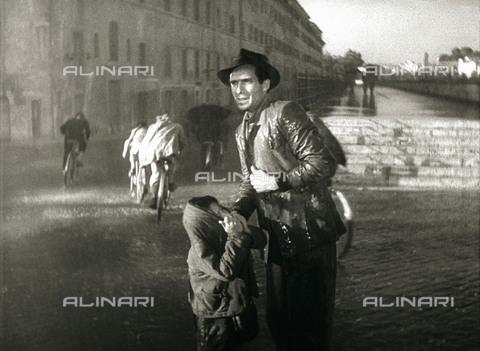 """TOP-S-RGA002-6933 - Enzo Staiola e Lamberto Maggiorani in una scena del film """"Ladri di biciclette"""", regia di Vittorio De Sica, Italia - Data dello scatto: 1948 - Ronald Grant Archive / TopFoto / Archivi Alinari"""