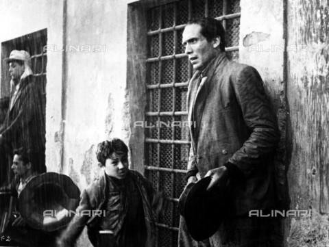 """TOP-S-RGA002-6968 - Enzo Staiola e Lamberto Maggiorani in una scena del film """"Ladri di biciclette"""", regia di Vittorio De Sica, Italia - Data dello scatto: 1948 - Ronald Grant Archive / TopFoto / Archivi Alinari"""