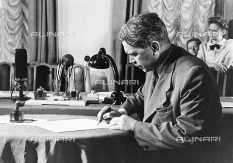 TOP-S-SCRSS0-0984 - Ritratto di Nikolai Vavilov (1887 - 1943), genetista, botanico e geografo, alla seconda Conferenza per la Pace, Mosca - SCRSS / TopFoto / Archivi Alinari