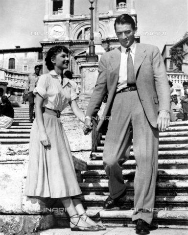 """TOP-S-WHA012-8553 - Gli attori Audrey Hepburn e Gregory Peck nel film """"Vacanze Romane"""" (1953) diretto da William Wyler - TopFoto / Archivi Alinari, World History Archive"""
