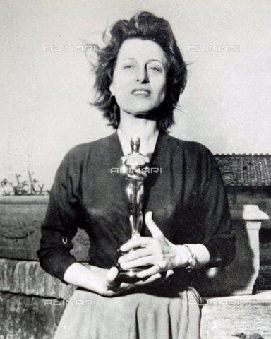 TOP-S-WHA016-2656 - L'attrice Anna Magnani (1908-1973) ritratta con l'Oscar - Data dello scatto: 1956 - TopFoto / Archivi Alinari, World History Archive