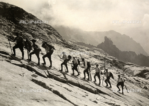 UAQ-F-000469-0000 - A mountaineers' group hiking up to a shelter of Cima d'Asta, Trentino Alto-Adige - Data dello scatto: 09/09/1923 - Archivi Alinari, Firenze