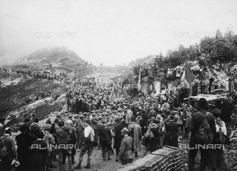 UAQ-F-000473-0000 - Commemorative celebration on Monte Zugna - Data dello scatto: 30/05/1910 - Archivi Alinari, Firenze