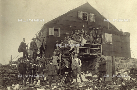 "UAQ-F-000483-0000 - Social excursion of the S.A.T. at the ""Rifugio Mantova"" on the Viaz - Data dello scatto: 15/08/1921 - Archivi Alinari, Firenze"