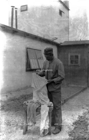 UAQ-S-001002-1009 - Campo di internamento di Katzenau, periferia di Linz, Austria: un prigioniero - Data dello scatto: 1915-1918 - Archivi Alinari, Firenze