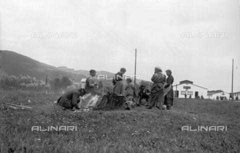 UAQ-S-001002-2011 - Campo di internamento di Katzenau, periferia di Linz, Austria: un gruppo di prigionieri - Data dello scatto: 1915-1918 - Archivi Alinari, Firenze