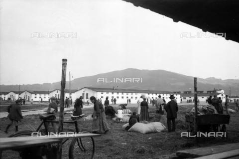 UAQ-S-001002-4011 - Campo di internamento di Katzenau, periferia di Linz, Austria: veduta del Campo - Data dello scatto: 1915-1918 - Archivi Alinari, Firenze
