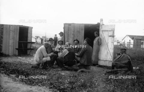 UAQ-S-001002-5007 - Campo di internamento di Katzenau, periferia di Linz, Austria: un gruppo di prigionieri - Data dello scatto: 1915-1918 - Archivi Alinari, Firenze
