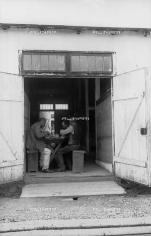 UAQ-S-001002-5008 - Campo di internamento di Katzenau, periferia di Linz, Austria: alcuni prigionieri durante il pasto - Data dello scatto: 1915-1918 - Archivi Alinari, Firenze