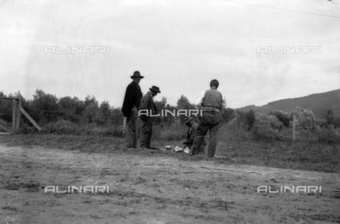 UAQ-S-001002-5011 - Campo di internamento di Katzenau, periferia di Linz, Austria: un gruppo di prigionieri - Data dello scatto: 1915-1918 - Archivi Alinari, Firenze