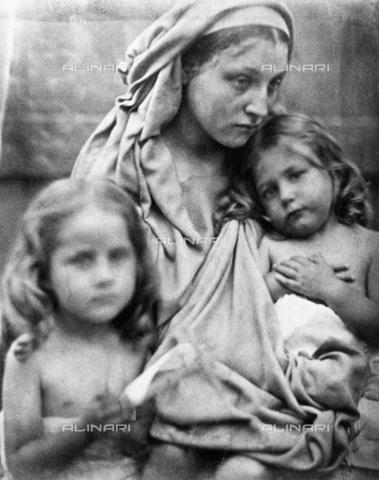 """UIG-F-030116-0000 - """"Love"""": ritratto allegorico di Mary Anne Hillier con due bambini, fotografia di Julia Margaret Cameron (1815-1879) - Data dello scatto: 1864 - SSPL / UIG/Archivi Alinari"""