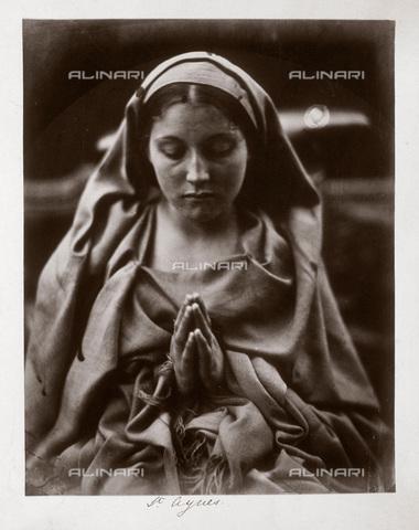 """UIG-F-030117-0000 - """"St. Agnes"""", """"Sant'Agnese"""": ritratto allegorico di Mary Anne Hillier, fotografia di Julia Margaret Cameron (1815-1879) - Data dello scatto: 1864 - SSPL / UIG/Archivi Alinari"""
