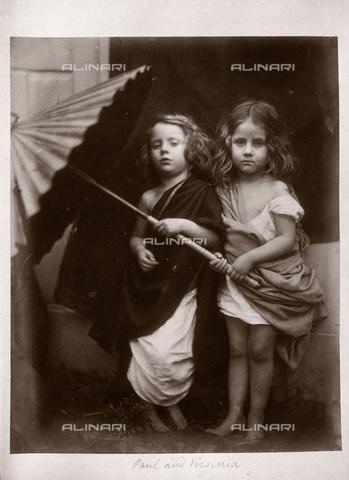 """UIG-F-030119-0000 - """"Paul and Virginia"""": ritratto allegorico di due bambini con ombrello, fotografia di Julia Margaret Cameron (1815-1879) - Data dello scatto: 1864 - SSPL / UIG/Archivi Alinari"""