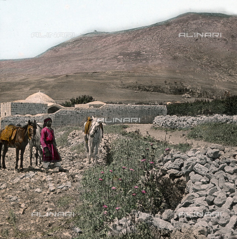 UIG-F-030859-0000 - Strada presso Sichem con il monte Gerizim e la tomba di Giuseppe. - Data dello scatto: 1920 - United Archives / UIG/Archivi Alinari
