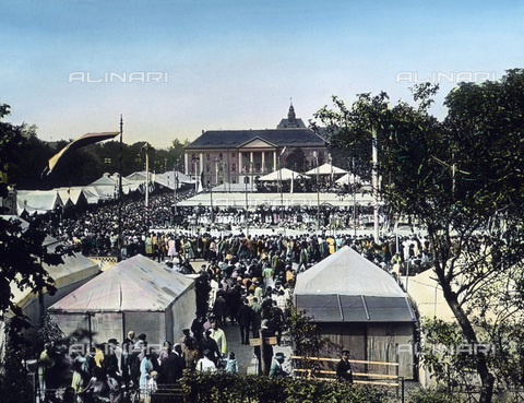 """UIG-F-030906-0000 - Visitors at the traditional annual Kirschfest (""""cherry party""""). - Data dello scatto: 1920 - United Archives / UIG/Alinari Archives"""