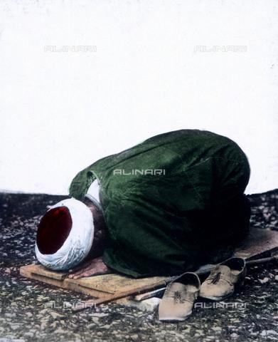 UIG-F-030920-0000 - A muslim praying at Algeria. - Data dello scatto: 1920 - United Archives / UIG/Alinari Archives