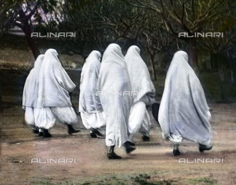 UIG-F-030921-0000 - Noble Algerian women strolling on a street of Algiers. - Data dello scatto: 1920 - United Archives / UIG/Alinari Archives