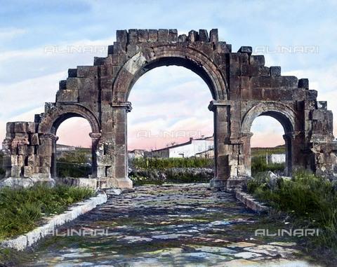 UIG-F-030927-0000 - Resti dell'arco nell'antica città di Lambeze. - Data dello scatto: 1920 - UIG/Archivi Alinari, United Archives