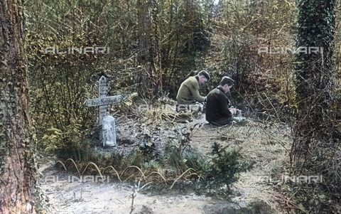 UIG-F-030930-0000 - Two soldiers at the grave of their comrade. - Data dello scatto: 1915 - United Archives / UIG/Alinari Archives