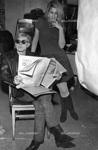 "ULL-F-001438-0000 - Andy Warhol with the model ""Baby"" Jane Holzer - Data dello scatto: 1969 - Santi Visalli / Ullstein Bild / Alinari Archives"