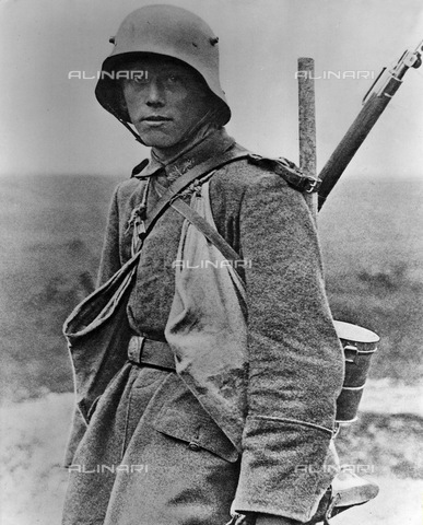 ULL-F-006567-0000 - World War I: portrait of a German soldier (with gas mask and hand bag) - Data dello scatto: 1916 - Ullstein Bild / Alinari Archives