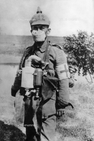 ULL-F-010391-0000 - First World War: a German doctor with a protective equipment of resprio after the first use of poison gas warfare in the battle of Ypres - Data dello scatto: 04/1915 - Ullstein Bild / Alinari Archives