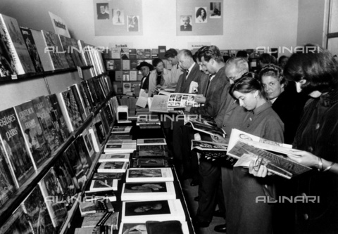 ULL-F-026343-0000 - Frankfurt Book Fair in 1960: visitors on the French stand - Data dello scatto: 1960 - Boris Spahn / Ullstein Bild / Alinari Archives