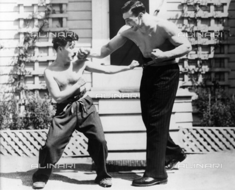 ULL-F-043795-0000 - Primo Carnera's boxing champion (1906-1967) and the actor Charlie Chaplin (1889-1977) staged a fake boxing encounter in Hollywood studios - Data dello scatto: 1930 - Ullstein Bild / Alinari Archives