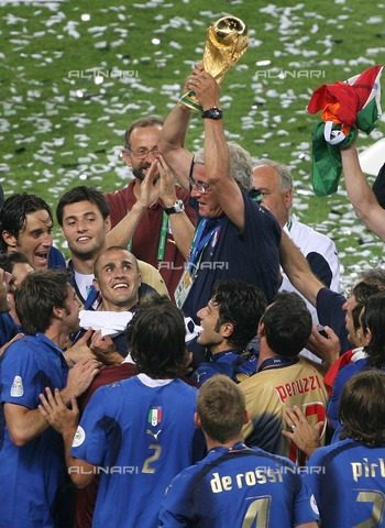 ULL-F-044602-0000 - FIFA World Cup 2006, final in Berlin: Italy - France. After the victory, Italy coach Marcello Lippi raises the World Cup trophy - Data dello scatto: 09/07/2006 - Camera 4 Fotoagentur / Ullstein Bild / Alinari Archives