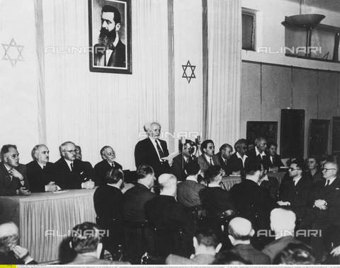 ULL-F-048451-0000 - David Ben Gurion da lettura della Dichiarazione d'Indipendenza d'Israele alla Riunione dell'Assemblea Costituente presso il Museo di Tel Aviv, 14 maggio 1948 - Data dello scatto: 15 Maggio 1948 - Ullstein Bild / Archivi Alinari