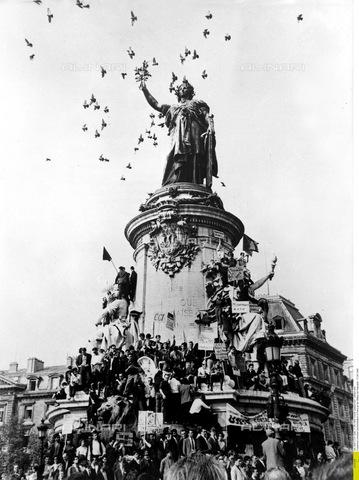 ULL-F-071275-0000 - Dimostrazione di Parigi di fronte alla statua della repubblica, 17 Maggio 1968 - Data dello scatto: 17 Maggio 1968 - Ullstein Bild / Archivi Alinari