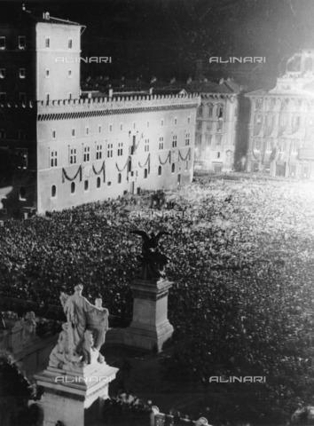 ULL-F-075572-0000 - Crowd gathered in Piazza Venezia during the visit of Adolf Hitler - Data dello scatto: 07/05/1938 - Ullstein Bild / Alinari Archives