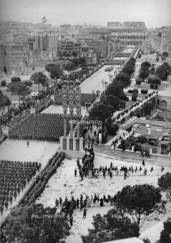 ULL-F-076746-0000 - Visit of Adolf Hitler to Rome in 1938: the parade on the Via dei Fori Imperiali - Data dello scatto: 1938 - Ullstein Bild / Alinari Archives