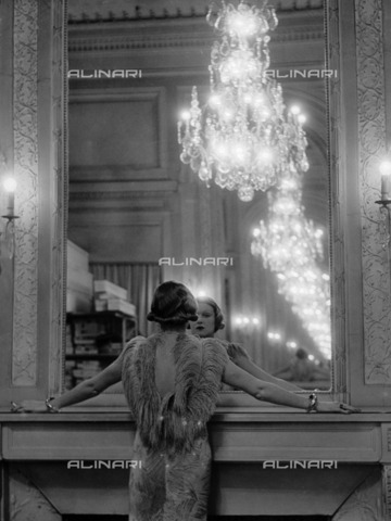 ULL-F-087108-0000 - Model in front of a mirror - Data dello scatto: 1933 - Alfred Eisenstaedt / Ullstein Bild / Alinari Archives