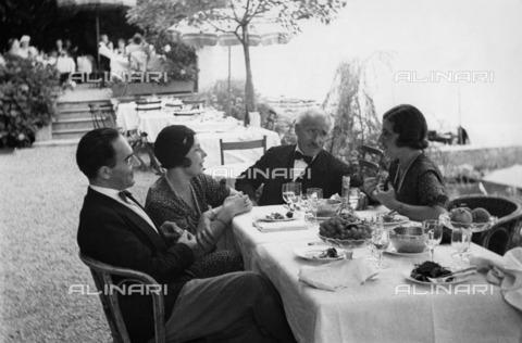 ULL-F-097187-0000 - The conductor Arturo Toscanini (1867-1957) converses with two German princesses during lunch - Data dello scatto: 1932 - Erich Salomon / Ullstein Bild / Alinari Archives