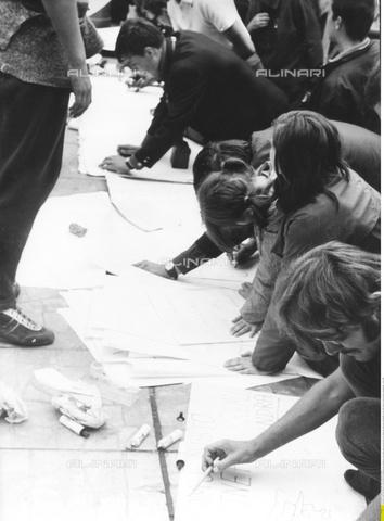 ULL-F-102851-0000 - Manifestanti preparano cartelloni di protesta contro l'occupazione delle forze del Patto di Varsavia durante la Primavera di Praga, agosto 1968 - Data dello scatto: 23/08/1968 - Rieche / Ullstein Bild / Archivi Alinari