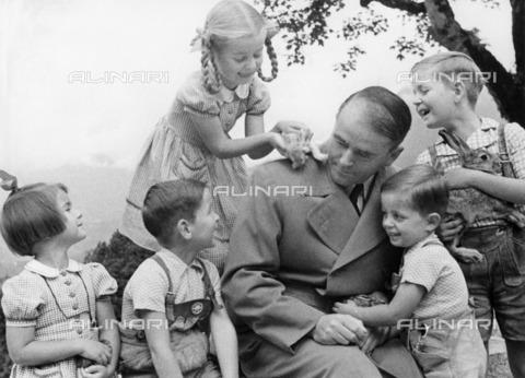 ULL-F-105649-0000 - The architect Albert Speer and political photographed with their children Margret, Fritz, Hilde and Albert Arnold - Data dello scatto: 01/08/1943 - Hanns Hubmann / Ullstein Bild / Alinari Archives