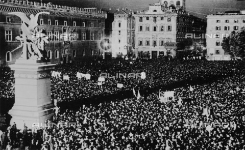 ULL-F-107853-0000 - Colonial war in Abyssinia: Benito Mussolini proclaims to the crowds the end of the war after the capture of Addis Ababa - Data dello scatto: 06/05/1936 - Ullstein Bild / Alinari Archives