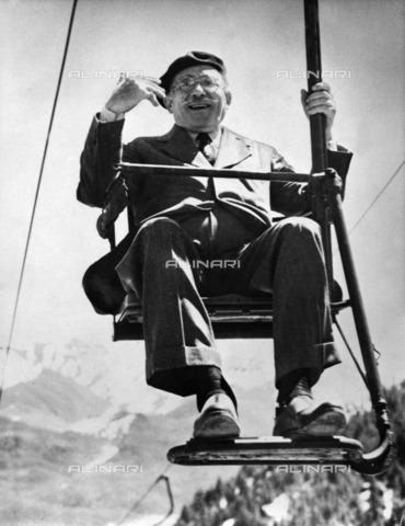 ULL-F-119739-0000 - The conductor Arturo Toscanini (1867-1957) portrait on a chair lift in Sun Valley - Data dello scatto: 05/1950 - Ullstein Bild / Alinari Archives