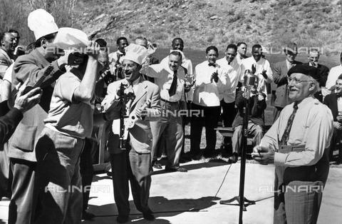 ULL-F-119751-0000 - The conductor Arturo Toscanini (1867-1957) with the components of the NBC Symphony Orchestra during a barbecue in Sun Valley - Data dello scatto: 14/05/1950 - Ullstein Bild / Alinari Archives