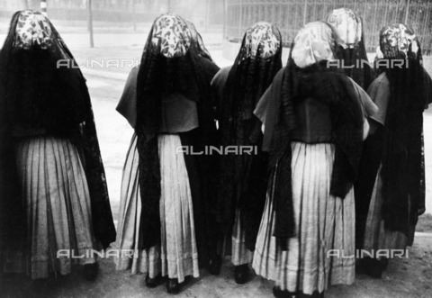 ULL-F-147618-0000 - A group of young sisters return to church in Turin - Data dello scatto: 02/1934 - Alfred Eisenstaedt / Ullstein Bild / Alinari Archives