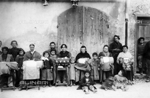 ULL-F-170511-0000 - Children and women selling lace and lace made with the tombolo, Naples - Data dello scatto: 1910-1920 - Haeckel Archi / Ullstein Bild / Alinari Archives