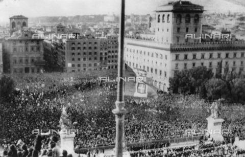 ULL-F-177487-0000 - Second World War: crowd gathered in Piazza Venezia during the speech of Benito Mussolini for the war resolution - Data dello scatto: 10/06/1940 - Ullstein Bild / Alinari Archives