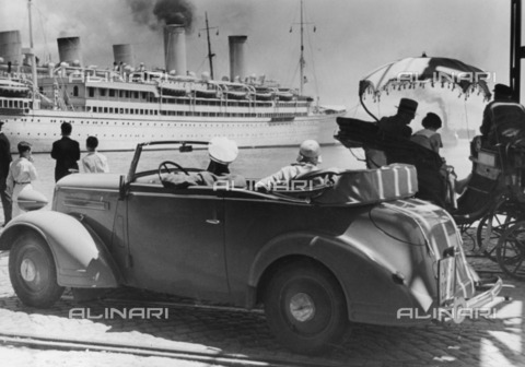 ULL-F-187247-0000 - A car with luggage, a carriage and a ship in the port of Naples - Data dello scatto: 1937 - Wolff & Tritschler / Ullstein Bild / Alinari Archives