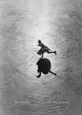 ULL-F-196157-0000 - Ice skater performing a pirouette - Data dello scatto: 1932 - Alfred Eisenstaedt / Ullstein Bild / Alinari Archives
