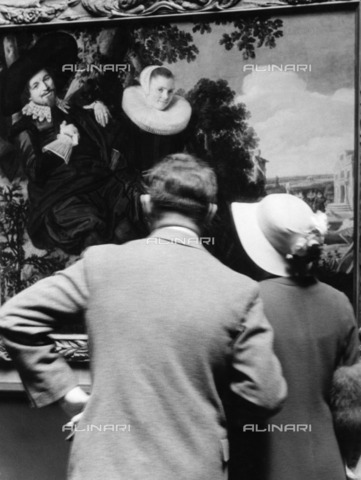 """ULL-F-196933-0000 - Couple of tourists who observe the """"Newlyweds"""" painting by Frans Hals (1580-1666) at the Rijksmuseum in Amsterdam - Data dello scatto: 1933 - Alfred Eisenstaedt / Ullstein Bild / Alinari Archives"""