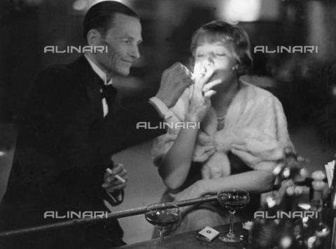 ULL-F-197655-0000 - Latvian actress and dancer Lya Mara (Alexandra Gudowitsch 1897-1960) photographed at the hotel bar in St. Moritz - Data dello scatto: 1932 - Alfred Eisenstaedt / Ullstein Bild / Alinari Archives